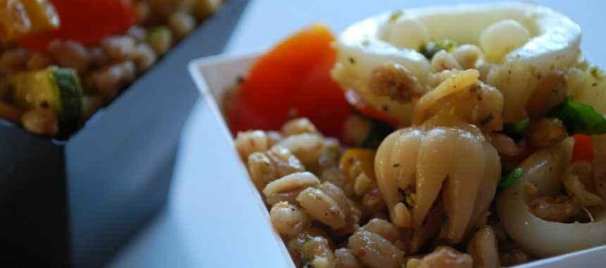 Insalata fredda di farro con seppioline e verdure