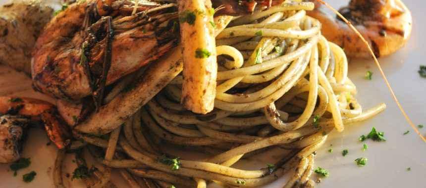 Spaghetti al nero di seppia con calamari e gamberi