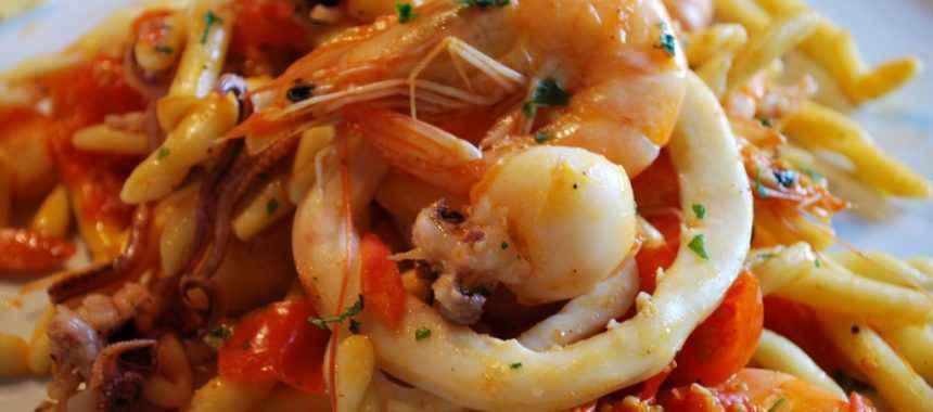 Strozzapreti con calamari, gamberi e pomodorini