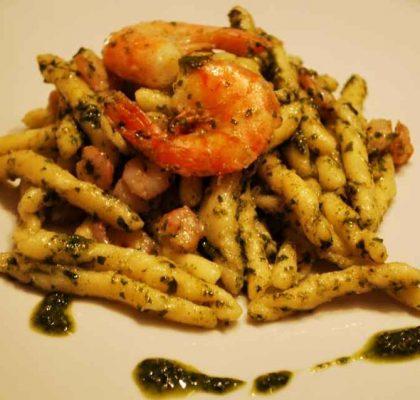 Ricetta pasta strozzapreti al sugo di pesto e gamberetti