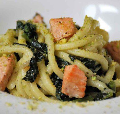 Ricetta pasta scialatielli al salmone, cavolo nero e pistacchi