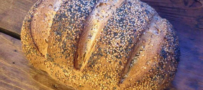 Pane fatto in casa alla farina di farro con semi di sesamo e papavero
