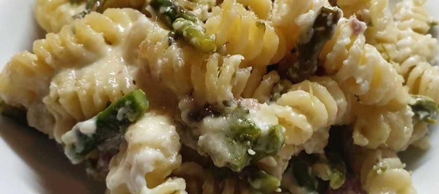 Pasta al forno con asparagi e salsiccia